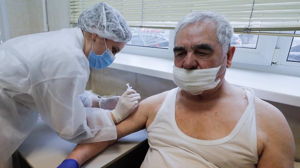 Autoridades sanitárias insitem nos benefícios da vacina. Foto: Sergey Dolzhenko/EPA