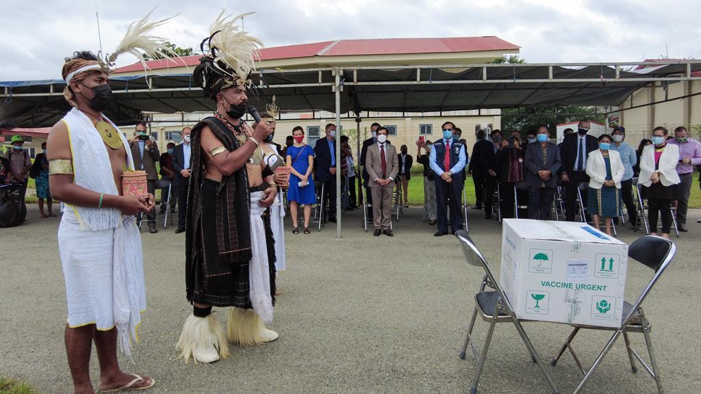 Aplausos e cerimónias religiosas e tradicionais na chegada das vacinas. Foto: António Sampaio/Lusa