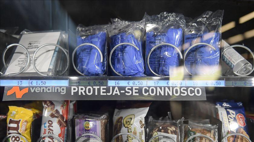 """Venda de máscaras e desinfetante numa máquina de """"Vending"""" instalada na estação da Trindade do Metro do Porto. Foto: Fernando Veludo/Lusa"""