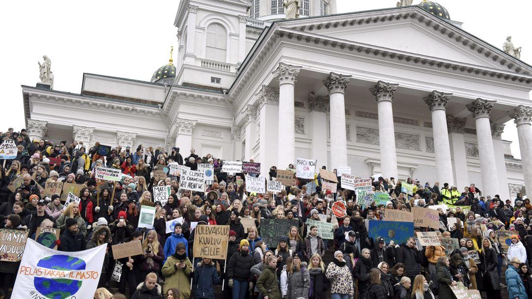 Manifestação em frente à Catedral de Helsínquia, na Finlândia Foto: Lehtikuva/Heikki Saukkomaa/via Reuters