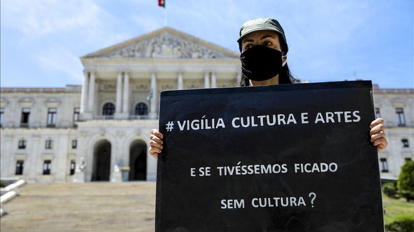 Em maio, artistas e trabalhadores do setor durante afetado pela pandemia fizeram uma vígilia pela Cultura e as Artes frente ao Parlamento. Foto: Miguel A. Lopes/Lusa