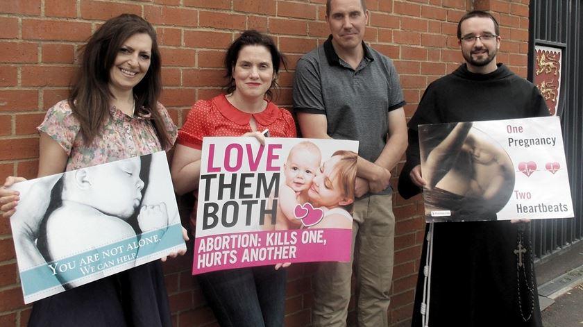 Vigílias e até oração em silêncio proibidos junto a duas clínicas de aborto em Londres. Foto: Right to Life UK