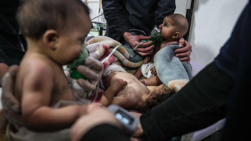 Vítimas civis em Ghouta, na Síria. Situação revela a inoperância da ONU, diz D. Ilídio LEandro. Foto: Mohammed Badra/EPA