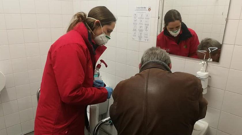 Voluntária da Ordem de Malta ajuda um sem abrigo em período de pandemia. Foto: Ordem de Malta