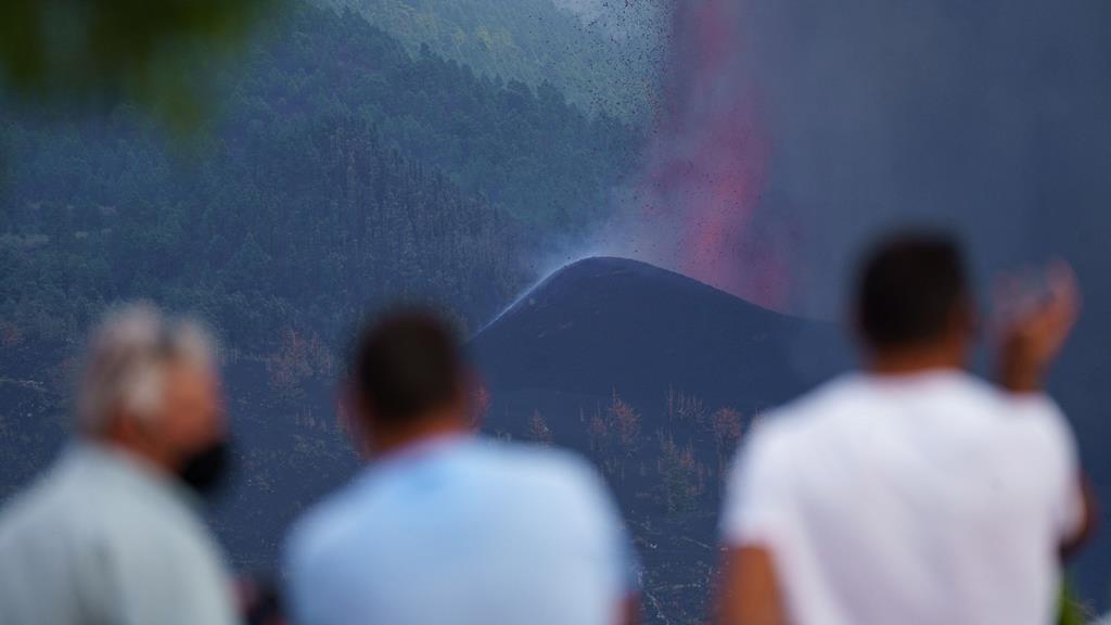 Alguns moradores observam a erupção do vulcão Cumbre Vieja. Foto: Ramon de la Rocha/EPA